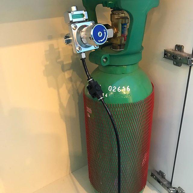 この前少しお話しした炭酸泉のシステムを少しお見せいたします。美容室には少し似合わない本物のボンベを置くことになりました。リアルにボンベでした(笑)炭酸泉を作るための二酸化炭素が入っているみたいです。炭酸泉を少し飲んでみたら本当に炭酸でした(笑)#ABILITY  #アビリティ  #伊奈町 #美容室  #カット  #ミルボン#北本  #鴻巣 #蓮田  #白岡 #上尾 #桶川  #伊奈町美容室  #ウニクス伊奈  #ウニクス #美容室求人  #一緒に働こう  #ありがとう #マイフォース #炭酸泉  #高濃度炭酸泉